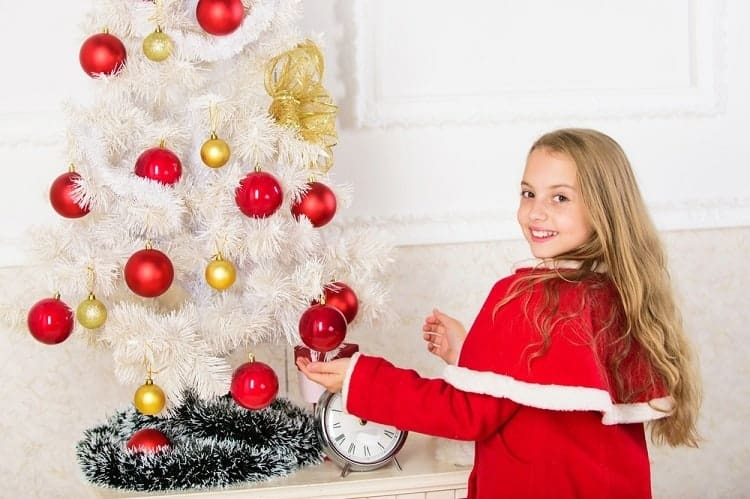here's how to decorate a christmas tree professionally